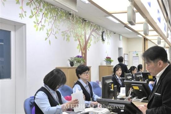 ▲전북대병원 원무과 직원들이 직접 그린 힐링벽화